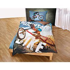 Bettwäsche mit Mountainbikefahrer auf blau-braunen Hintergrund