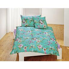 Linge de lit orné de fleurs exotiques et de lémuriens sur fond vert