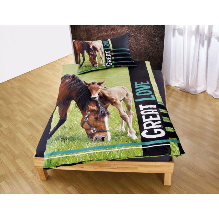 Bettwäsche mit braunem Pferd und Fohlen auf grüner Wiese