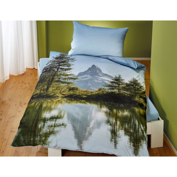 Linge de lit avec lac, forêt et paysage de montagne