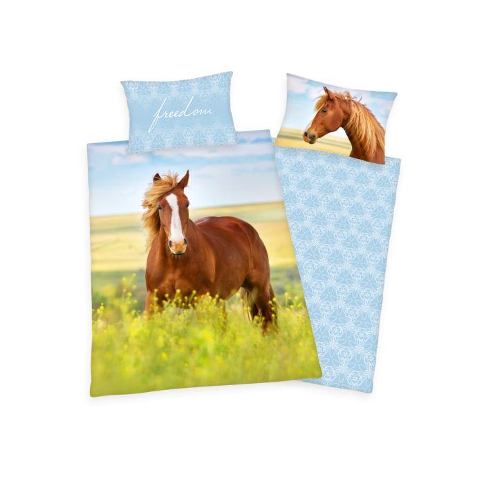 Bettwäsche mit braunem Pferd auf Frühlingswiese