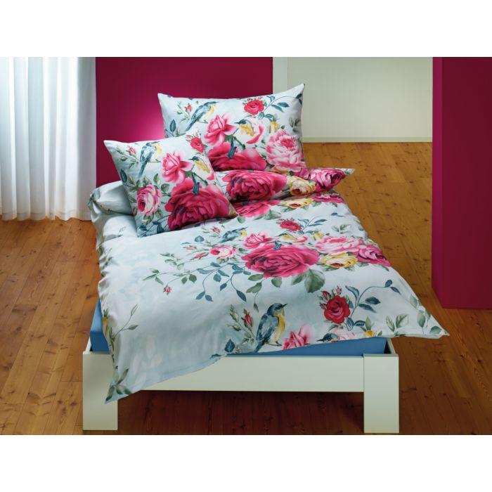Linge de lit orné de magnifiques roses colorées et d'un petit motif d'oiseau