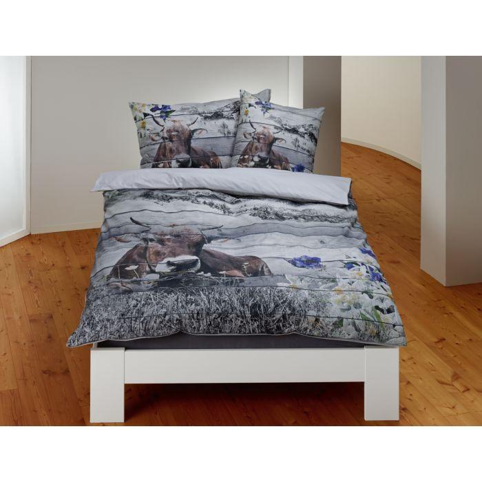 Bettwäsche mit Kuhmotiv und Bergkette auf Holztäfelung-Optik