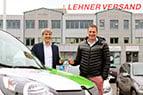 Bernhard Germanier (Quickpac) übergibt die Schlüssel an Thomas Meier (Lehner Versand)